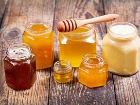 Různé druhy medu.