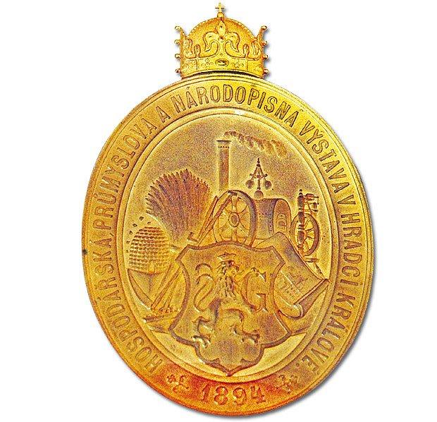 Zlatá plaketa s českou svatováclavskou královskou korunou z výstavy roku 1894.