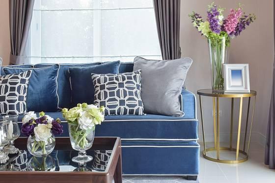 Modrá barva použitá v romanticky laděném interiéru