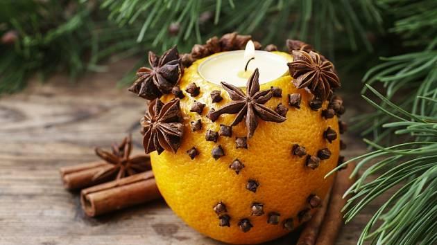 Pomeranč ozdobený hřebíčkem voní krásně a intenzivně.