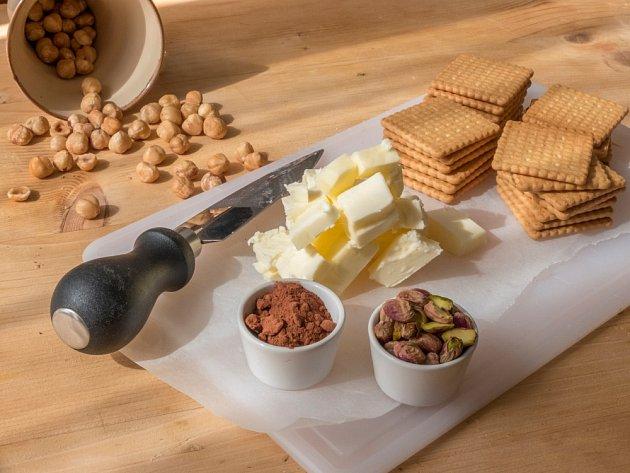 Na přípravu sladkého nepečeného salámu využijeme různé ingredience.