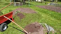 Zakládání kompostu kde tráva je jedním z hlavních činitelů.