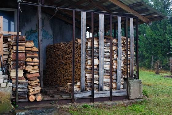 Palivové dřevo pod střechou dobře vysychá.