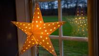 Velké papírové hvězdy, které vídáme zářit v oknech o Vánocích jsou švédské hvězdy.