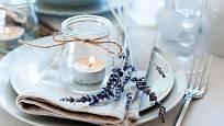 Jednoduchá dekorace s levandulí na stůl
