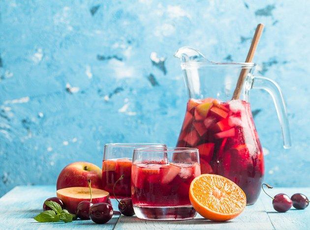 Sangria z červeného vína musí být řádně vychlazená.
