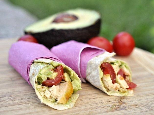 Tortillové wrapy s avokádovou pomazánkou, kuřetem a rajčaty