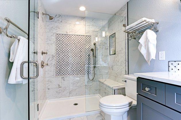 Využívání sprchy místo koupele ve vaně se zcela jistě vyplatí.