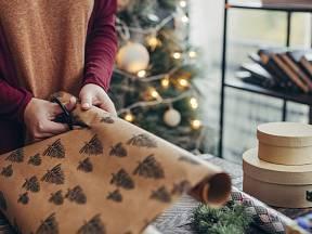 Vlastnoručně vyrobený papír dodá dárku originalitu