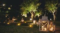 Lucerna zabrání větru, aby sfoukl svíčku a zahradu zdobí