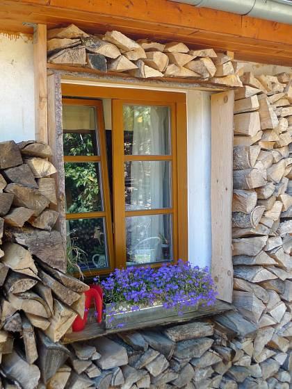 Návštěva na chalupě v Orlických horách: Severozápadní stěnu chránění dřevěný obklad