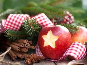 Vykrojte do jablka hvězdičku, přidejte chvojí a skořici, k tomu stuhu a dekorace je hotová.