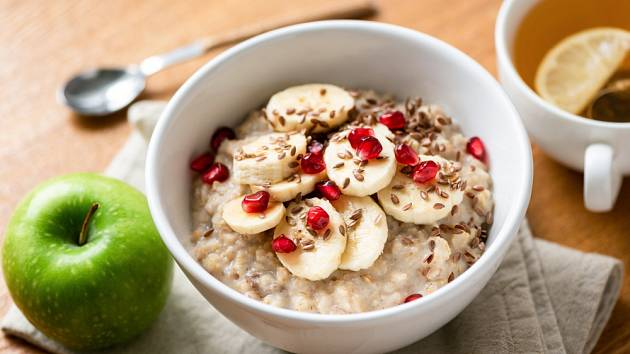 Zdravá snídaně - kaše doplněná ovocem a lněným semínkem.