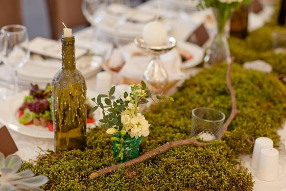 Mech jako součást dekorace slavnostní tabule.
