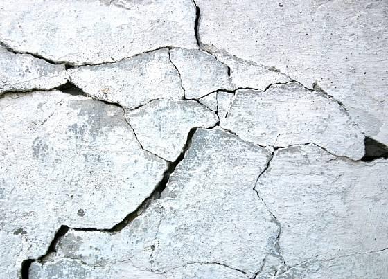 Praskliny na zdi bychom měli šetrně opravit.