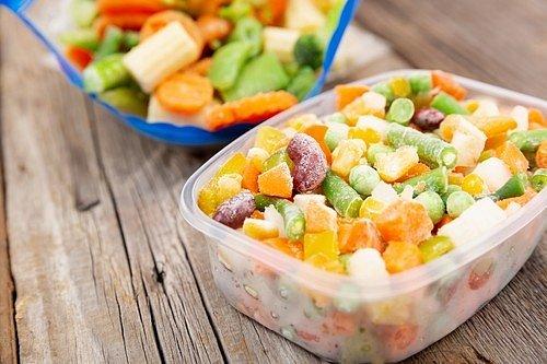 Nedávejte tedy potraviny do mrazáku jen tak, ale vložte je do krabičky nebo igelitového sáčku.