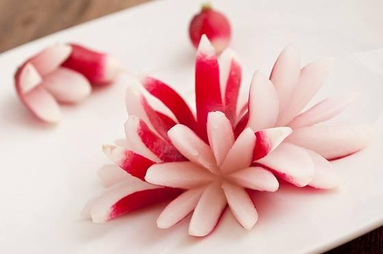Z nařezaných protáhlejších ředkviček můžeme poskládat celý květ.