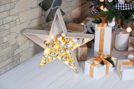 Dřevěná hvězda z části vyplněná baňkami a světýlky vytvoří doma pěknou atmosféru.