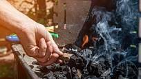 Pomocí fénu rozfoukáte oheň v grilu