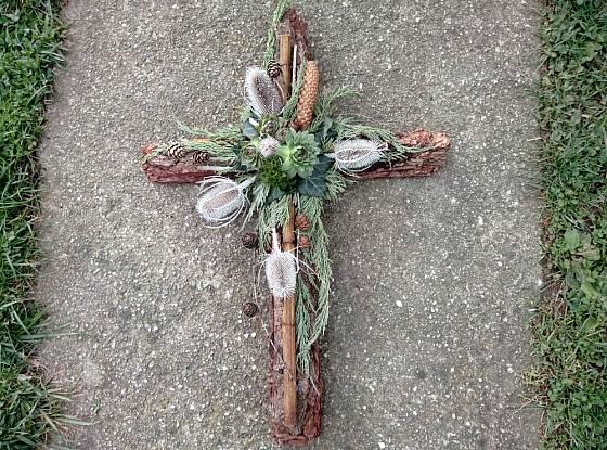 Dušičkovou dekoraci ve tvaru kříže můžete libovolně obměnit.