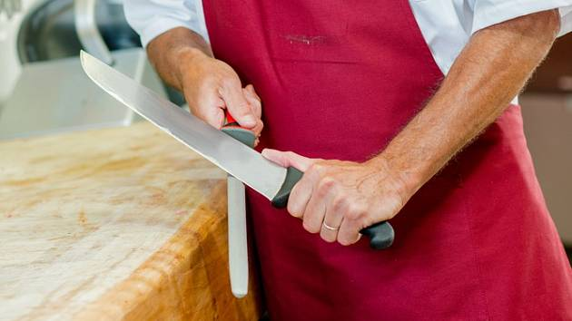 Broušení nože.