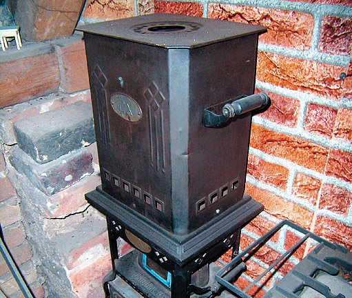 Multifunkční petrolejová kamna nejen topila, ale také vařila a svítila