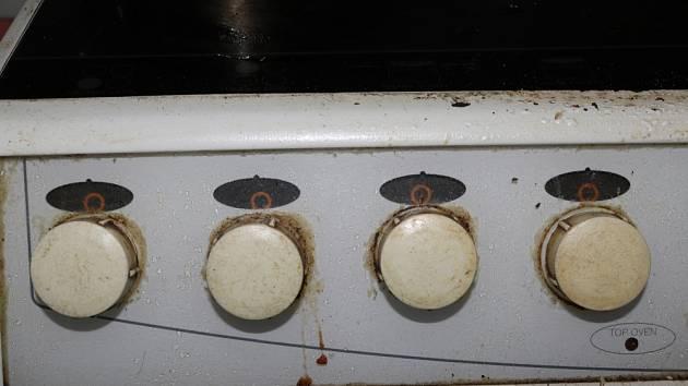 Silně znečištěné ovládací knoflíky na sporáku.