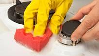 Povrch plynového sporáku nesmíme při čištění poškrábat.