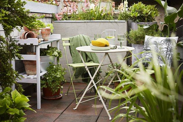 Stejným způsobem můžete obnovit stolek na květiny (např. s bílou lazurou Balakryl Dixol) nebo dát nový nátěr balkonovým židlím (Balakryl UNI mat odstín S 2020-G50Y).