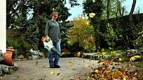 Foukač uklidí listí z dlažby i trávníku