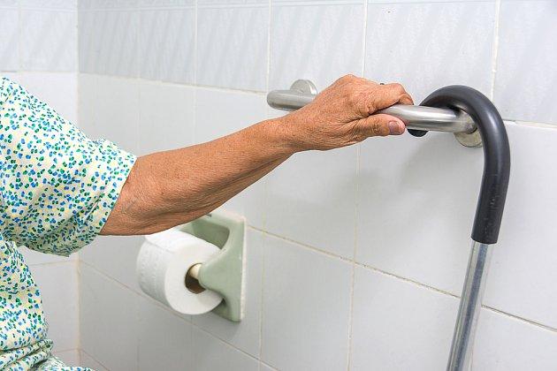 Koupelna by měla být vybavena několika pevnými madly.