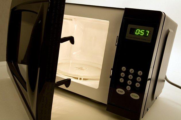 Mikrovlnná trouba, praktický pomocník v moderní kuchyni.