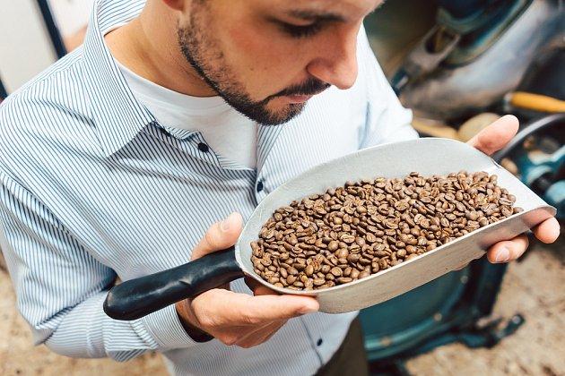 Kvalitní kávu si pořiďte v pražírnách a specializovaných obchodech.