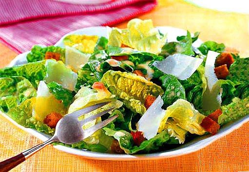 salát s krutony