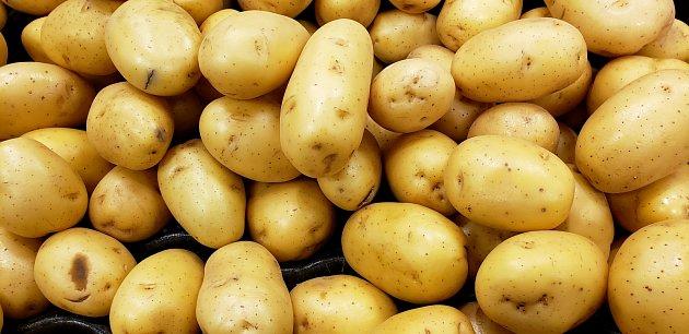 Žluté odrůdy brambor, jako je Yukon Gold, mají máslovou dužinu krémové a sladké chuti.