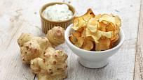 Chipsy připravené z hlíz slunečnice topinambur.