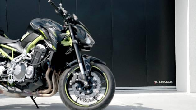 Garážová vrata LOMAX představují maximální komfort pro motorkáře.