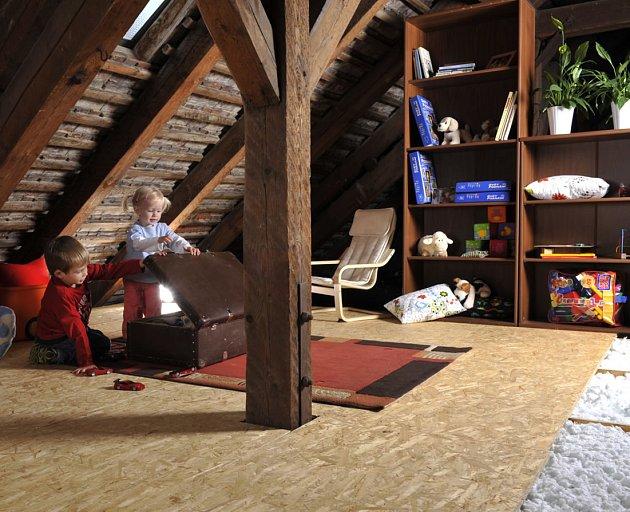 Prostor na půdě skvěle poslouží pro dobrodružné hry dětí.