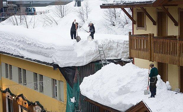 Nebezpečí pro střechy budov nastává, když napadne více než 0,5 m sněhové pokrývky.