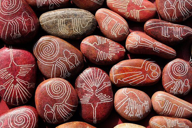 Takovéto krásně zdobené kameny si můžete dovézt jako suvenýr z Peru.