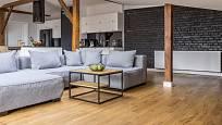 Dřevěná podlaha vytvoří v interiéru příjemné prostředí.