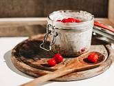 K vločkám a ovoci se skvěle hodí kyselé řecké jogurty