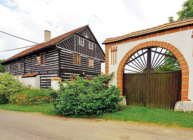 Tradiční brány venkovských usedlostí patří k nejatraktivnějším prvkům průčelí.