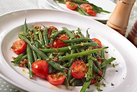 Salát z fazolek a rajčat je výtečný i teplý, zlehka orestovaný