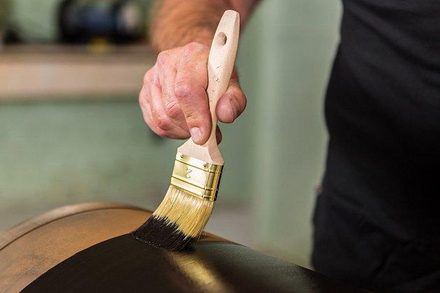Nátěr aplikujte na vychladlé povrchy, které je potřeba mezi jednotlivými vrstvami vypálit.