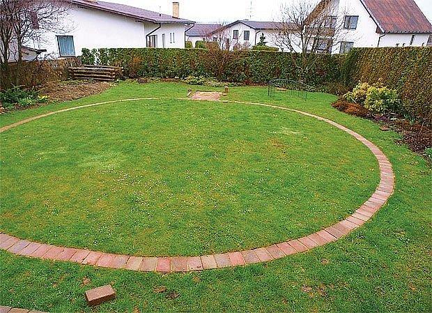 Proměna začala v roce 2010 vytyčením kružnice a položením dlažby.