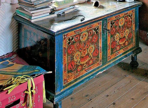 Krásně malovaná truhla z roku 1848 je nejstarším kusem nábytku