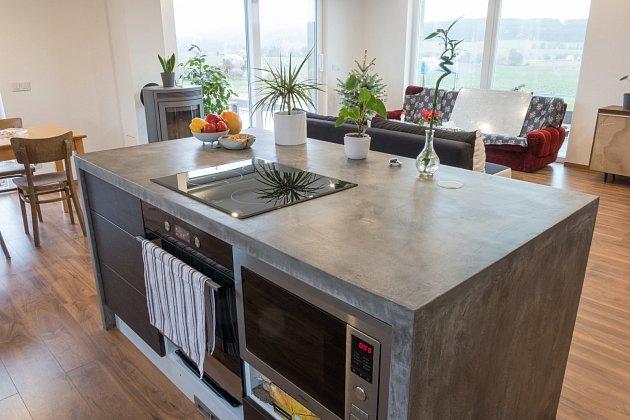 kuchyňský ostrůvek z deskou z betonu, potažený betonovou stěrkou