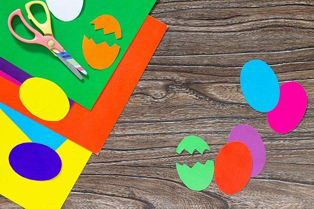Z různobarevných papírů vystříhejte kraslice a nalepte.