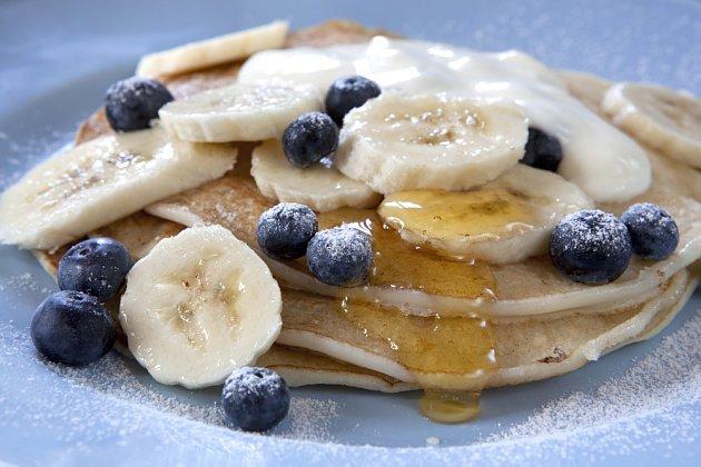 Palačinky lze osladit medem a banánem.